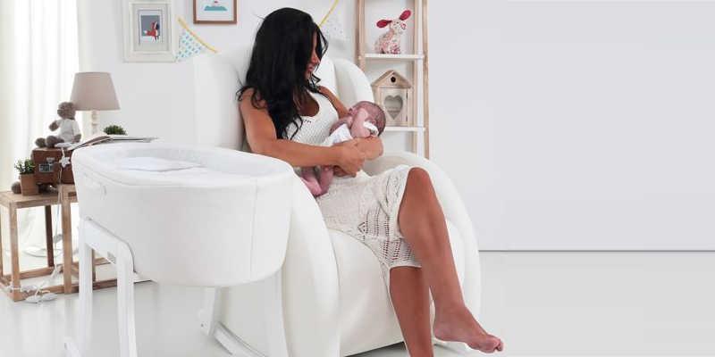 Mamá y bebé en butaca de lactancia